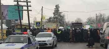 Duped Investors blocked a town street in the Leningrad Region
